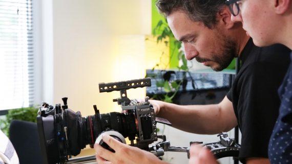 Mann stellt Kamera ein