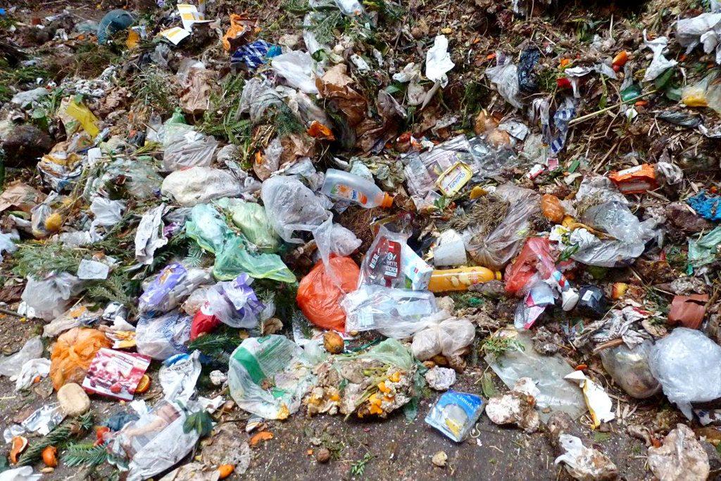 Verschiedene Abfälle auf Boden verteilt