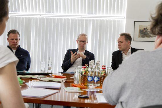 Gesprächsrunde an Konferenztisch