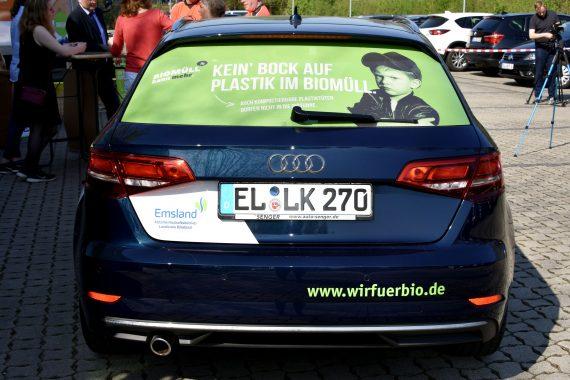 Auto mit #wirfuerbio-Aussage auf Heckscheibe