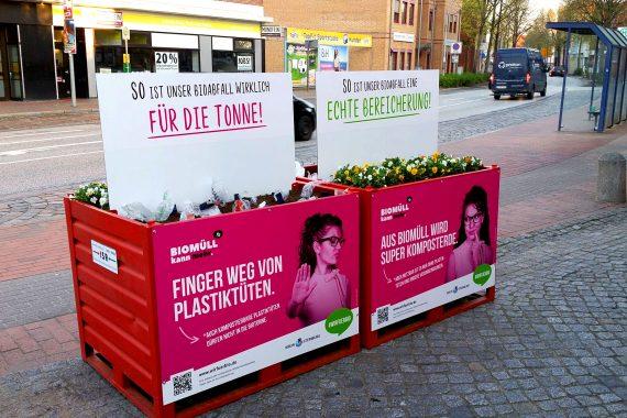 Kisten mit Erde und Plastik und Erde und Blumen