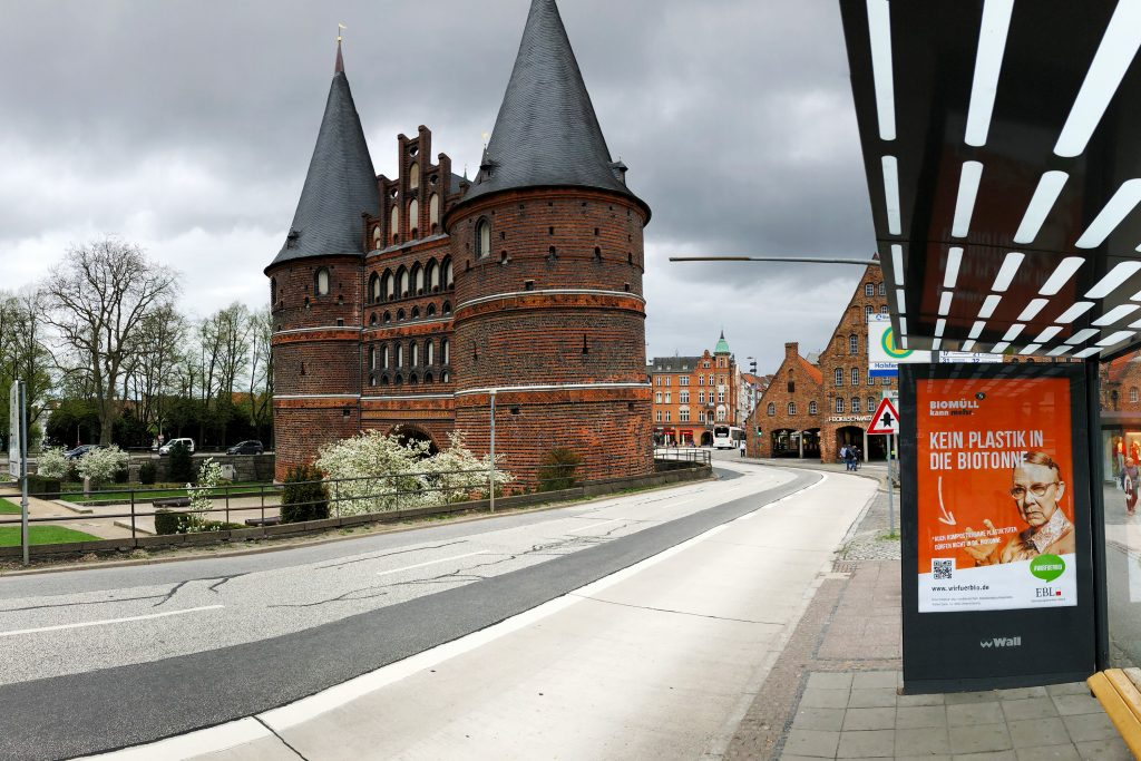 Kampagnenplakat vor Holstentor bei Tag