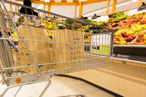 Einkaufswagen mit Henkel-Papiertüten