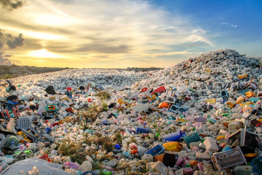 Mülllandschaft bei untergehender Sonne