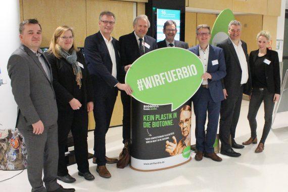 Aufgereihte Personen mit #wirfuerbio-Logo
