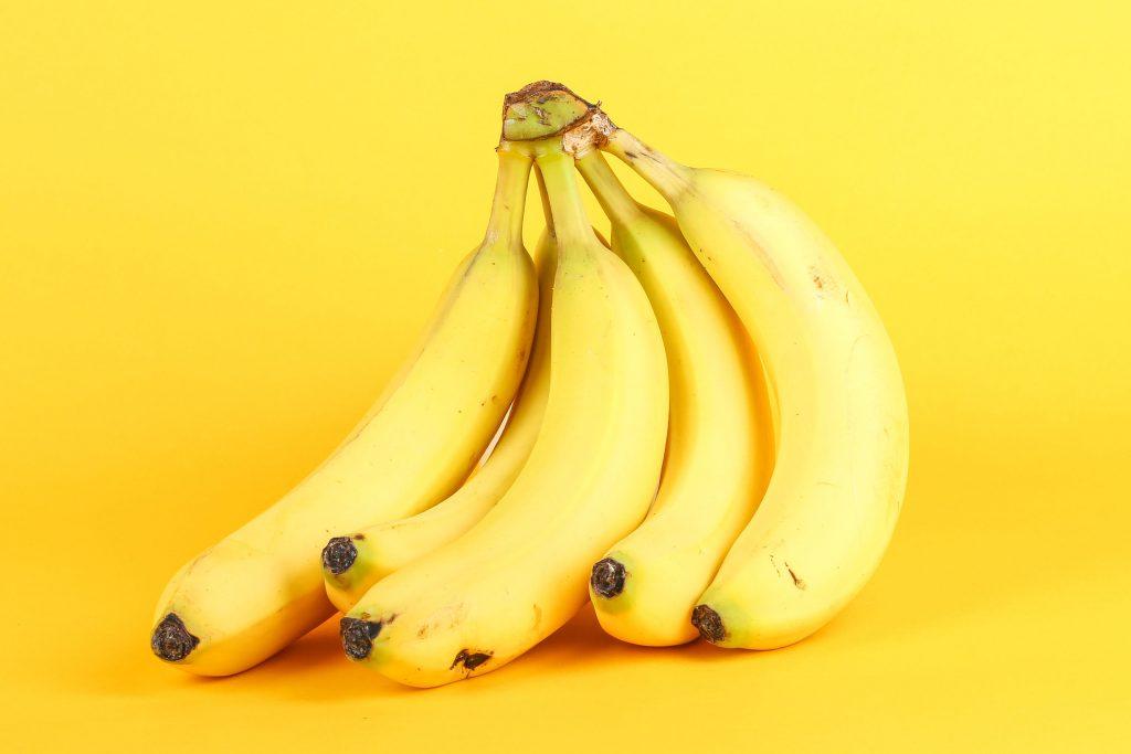 Bananen auf gelbem Hintergrund