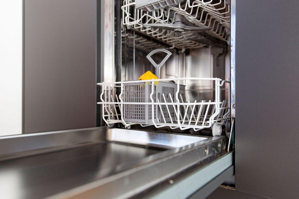 Geschirrspülmaschine mit Zitrone im Besteckkasten