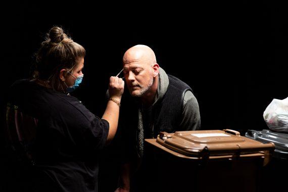 Mann erhält Make-up