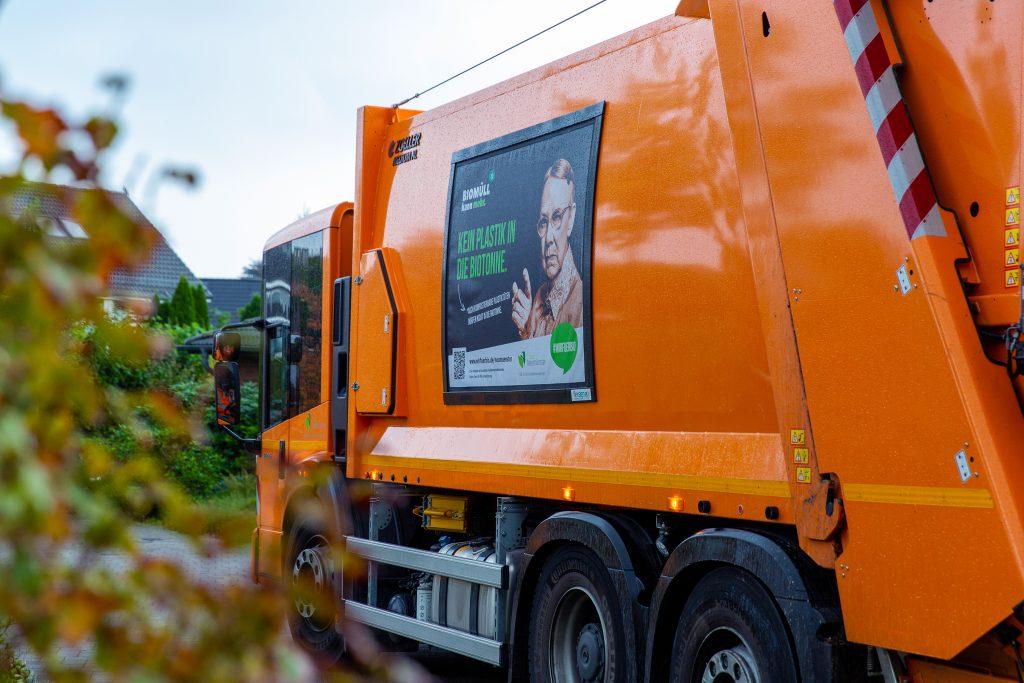 Müllfahrzeug mit Kampagnenbranding