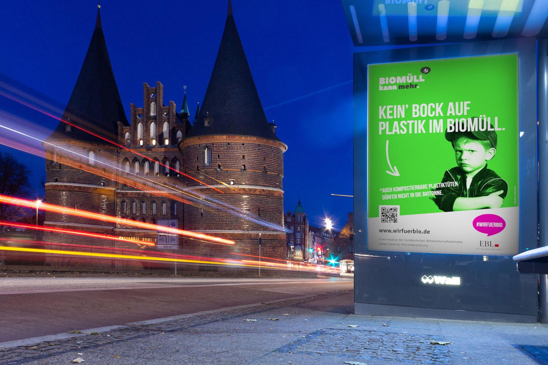 Kampagnenplakat vor Holstentor in Lübeck