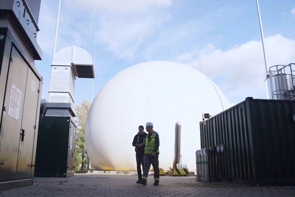 Zwei Männer vor Bioabfallbehandlungsanlage