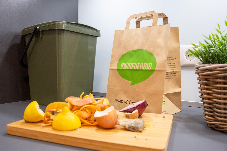 Biomüll vor #wirfuerbio-Henkel-Papiertüte