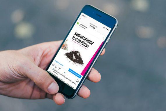 Smartphone mit Kampagnenseite auf Display